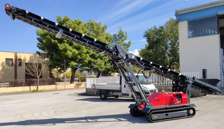 Photo du Convoyeur mobile compact sur chenilles SEBA TC10 déplié prêt à être utiliser dans une carrière ou dans les chantiers de TP