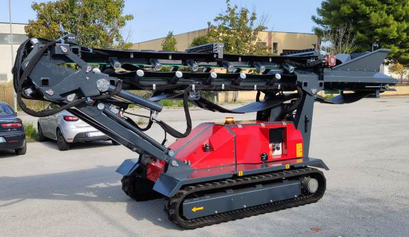Convoyeur mobile compact sur chenilles SEBA TC 10 réplié pour être déplacer sur un chantier pour utilisation