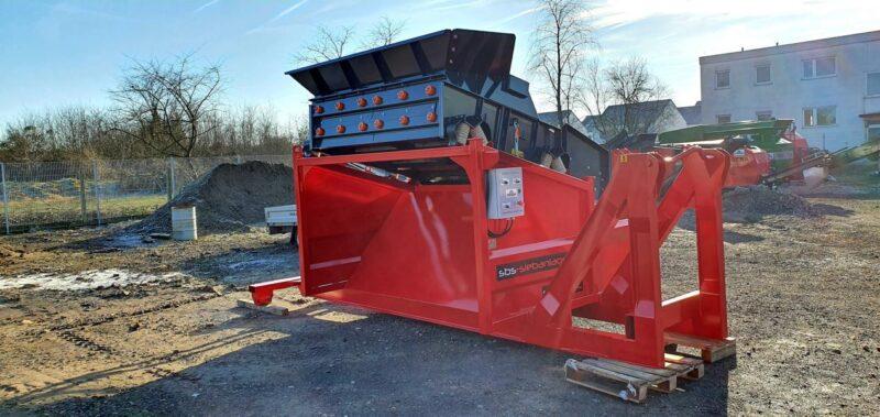 Vue arrière du Crible Mobile Compact 2 étages 3m² SEBA LS26 sur un chantier de TP loué dans une des agences Lheureux de France