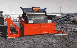 Vue d'ensemble du Crible Mobile Compact 2 étages 3m² SEBA LS26H - Convoyeur de fines, rouge et noir, déplié prêt à être utiliser pour séparer les différentes tailles des matériaux, des granulats