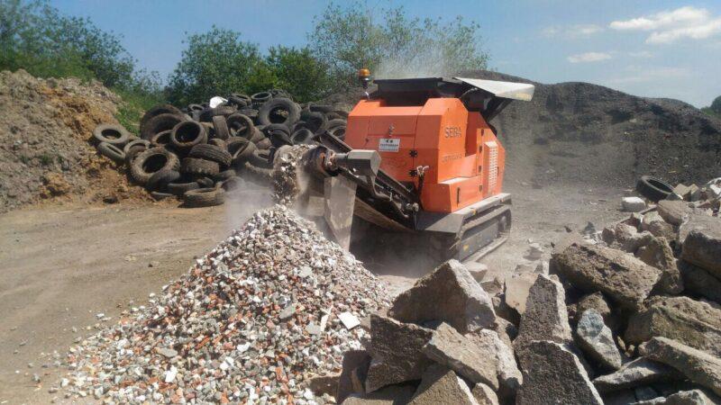 Concasseur Mobile Compact SEBA LITE TRACK 50-30 sur chenilles dans une carrière d'exploitation sortant des produits concassés comme le calcaire, du béton ou du mélange