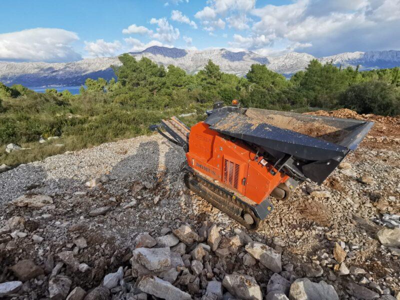 Prise de vue en hauteur du Concasseur Mobile Compact SEBA LITE TRACK 50-30 sur un tas de gravats d'un chantier dans le Sud de la France