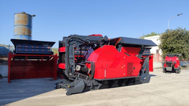 Concasseur Semi Mobile SEBA LITE 70-40 / LITE 70-40 HYBRIDE replié en rouge et noir prêt pour être déplacé et transporté vers un chantier ou une carrière