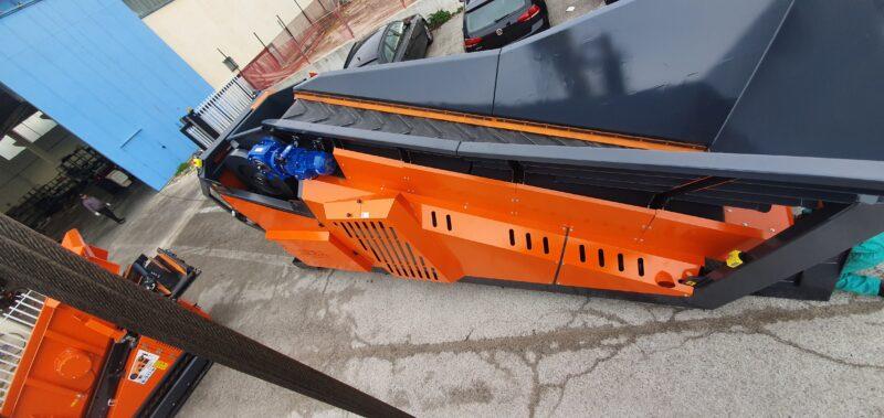Concasseur Semi Mobile SEBA LITE 70-40 / LITE 70-40 HYBRIDE replié avec une vue en hauteur pour le transport et la livraison pour un chantier ou une carrière