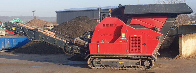 Concasseur Mobile Compact SEBA LITE TRACK 70-40 déplié avec ses chenilles et son tapis roulant pour la sortie des métériaux traités