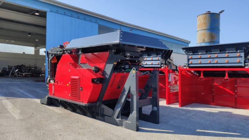 Photo du Concasseur Mobile Compact SEBA LITE TRACK 70-40 neuf en rouge et noir prêt pour les carrières d'exploitation et disponible en vente, location dans les agences Lheureux