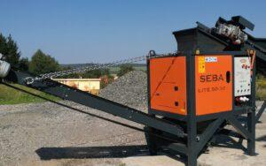 Concasseur Mobile Compact SEBA LITE 50-30 prêt à l'utilisation devant un tas de gravats