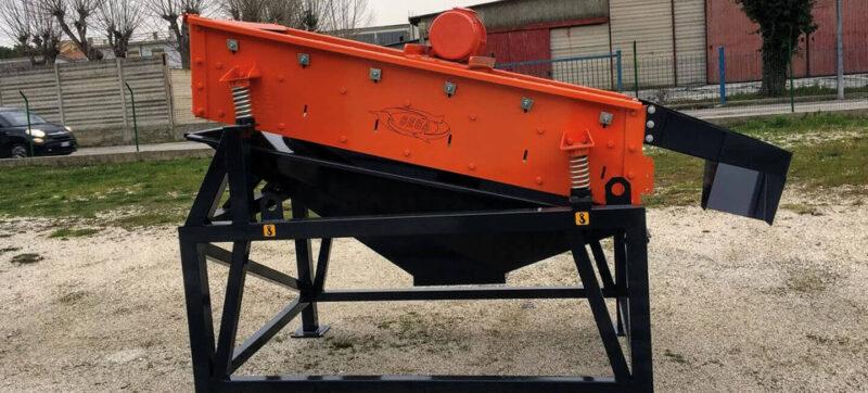 Crible Mobile Compact SEBA LS16 2 étages 1m² de profil prêt à être utiliser pour cribler des matériaux d'un chantier, d'une carrière