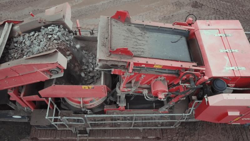 Transfert des matériaux du 1er étage du Crible Terex Finlay 696 2-Deck