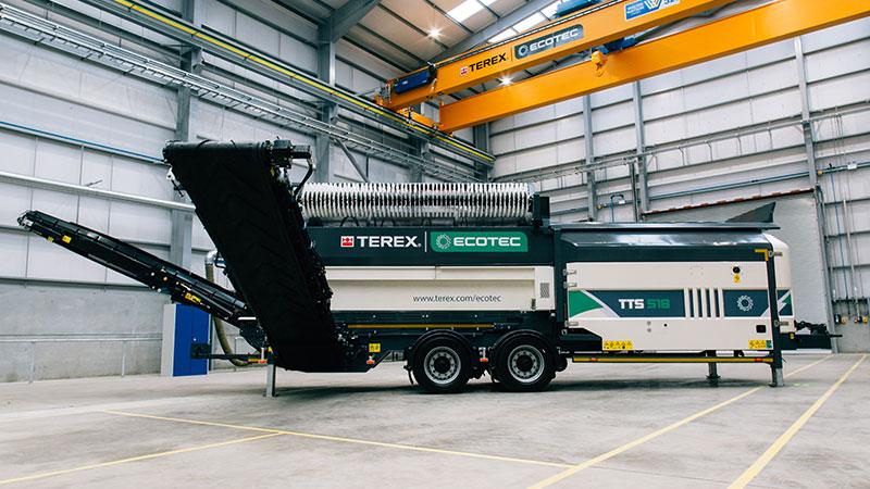 Cribles Trommels Terex Ecotec TTS 518 sur pneus avec les bras ouvert dans un hangar. Le crible à tambour est en vente et en location dans les agences Lheureux de toute la France