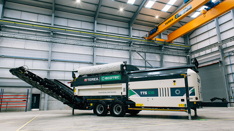 Vue de côté du Cribles Trommels Terex Ecotec TTS 518 prêt à être livré pour un chantier, dans une carrière.