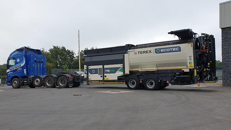 Remorquage d'un des Cribles Trommels Terex Ecotec TTS 518 sur pneus avec les bras refermés. La machine est prête à être livrée dans toute la France dans les agences Lheureux de Périgny-sur-Yerres, Hulluch, Saint-Hilaire-de-Brethmas, Terssac, Pierrelatte, Gap, Aix-En-Provence